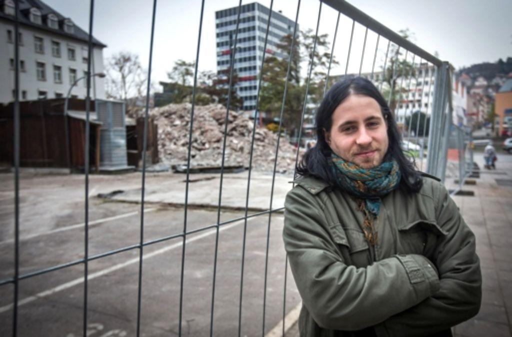 Denis Pavlovic vor den Trümmern des KimTimJims. Foto: Achim Zweygarth