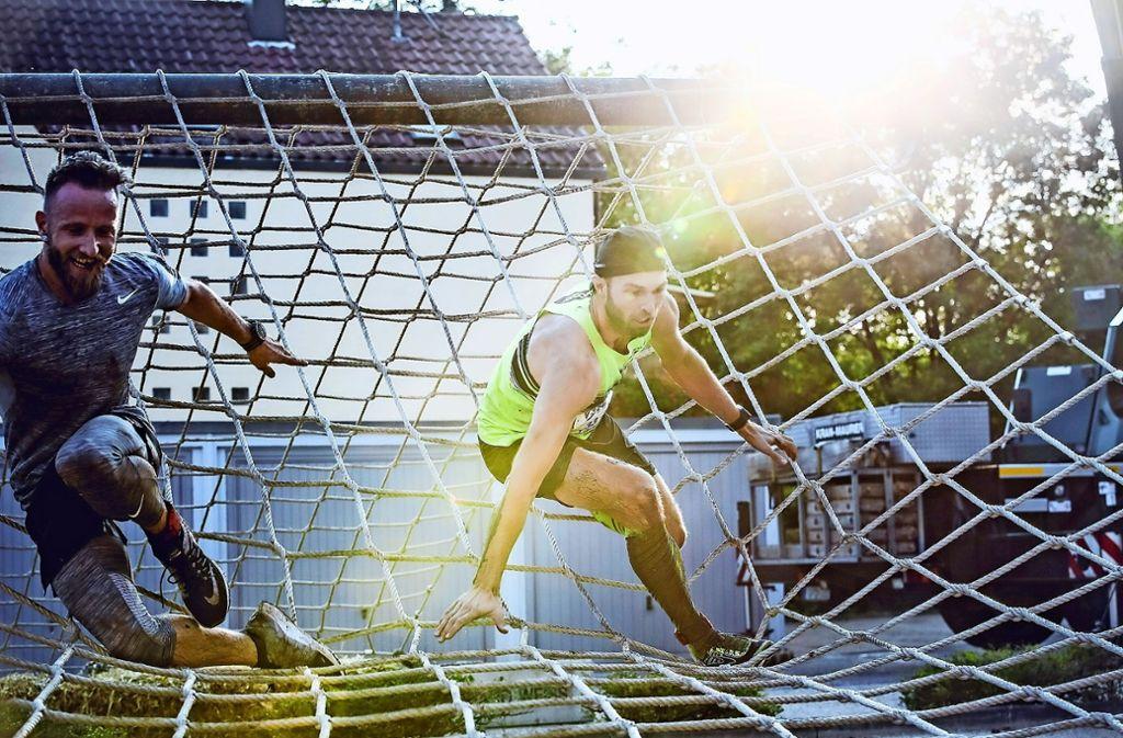Die Läufer müssen beim 24-Stunden-Lauf unterschiedliche Hindernisse überwinden, im vergangenen Jahr  etwa Netze, Holzwände und Wassergräben. Foto: Michael Sauer