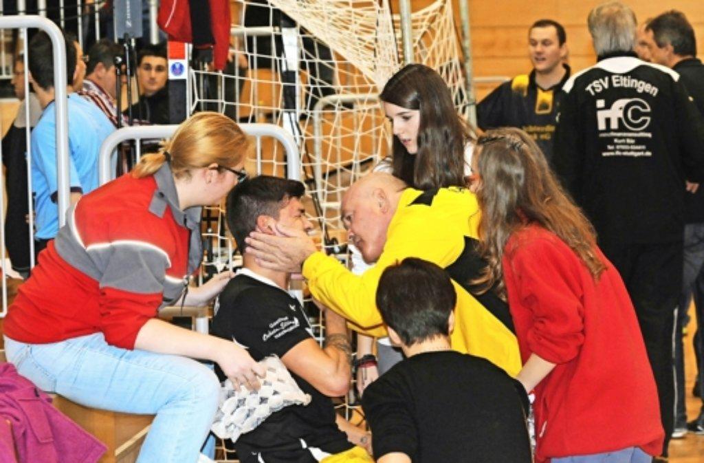 Mit einem Foulspiel an Fettah Bozkurt (2. v. li.), der vom Fuß eines  Gegners am Kopf getroffen wird, nehmen die Tumulte in Echterdingen ihren Anfang. Foto: Günter Bergmann