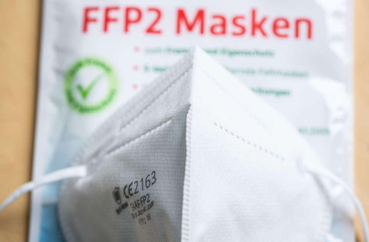 """Bund und Ländern haben beschlossen, dass in Bussen, Bahnen sowie in Geschäften künftig """"medizinische Masken"""" getragen werden müssen – dazu gehören auch FFP2-Masken. Foto: dpa/Frank Rumpenhorst"""