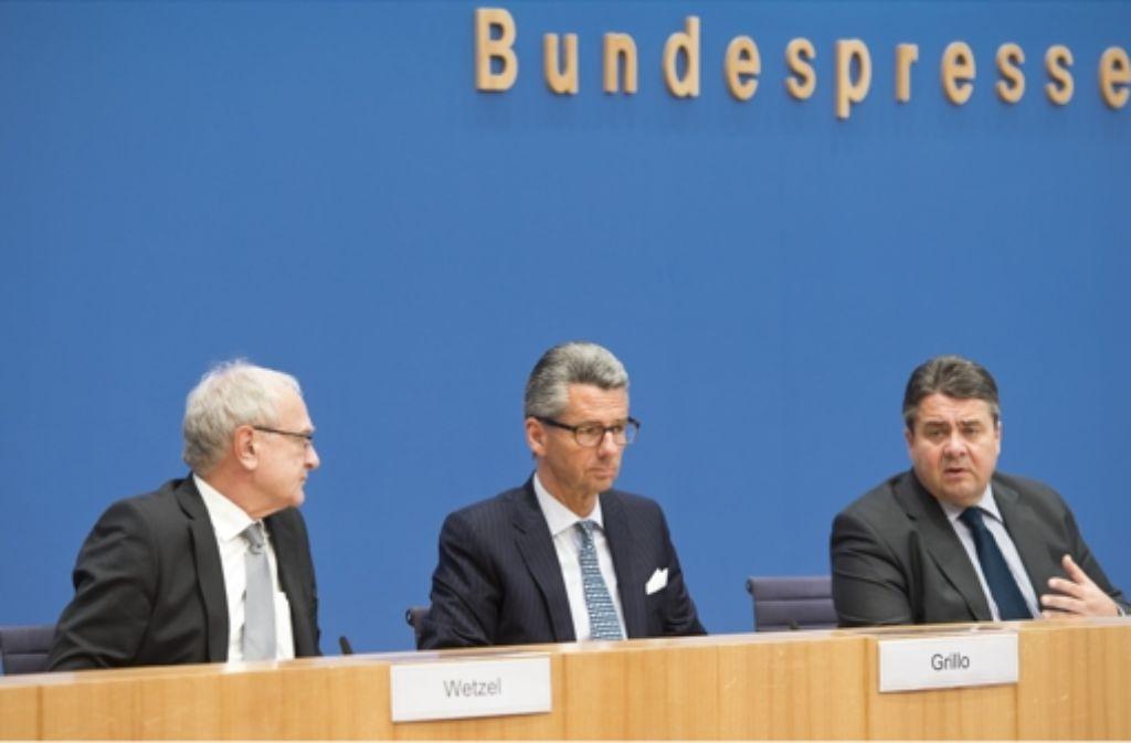 Drei Mann, ein Ziel (von links): IG-Metall-Chef Detlef Wetzel, BDI-Chef Ulrich Grillo und Bundeswirtschaftsminister Sigmar Gabriel Foto: Photothek
