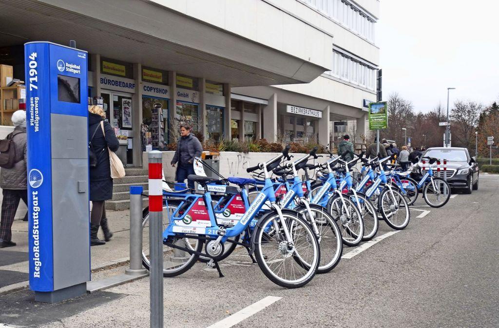 An der Ecke Filderhauptstraße/Wollgrasweg können acht Fahrräder sowie zwei Pedelecs ausgeliehen werden. Abstellplätze gibt es noch mehr. Foto: Theresa Ritzer