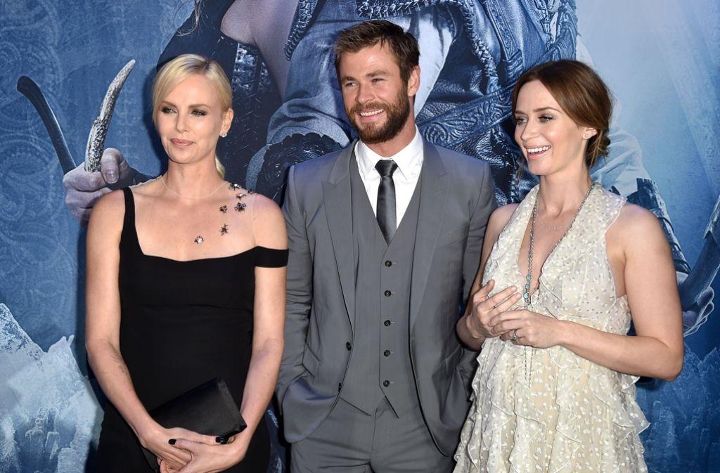 Die Stars auf dem roten Teppich: Charlize Theron (v.l.), Chris Hemsworth und Emily Blunt. Foto: Getty