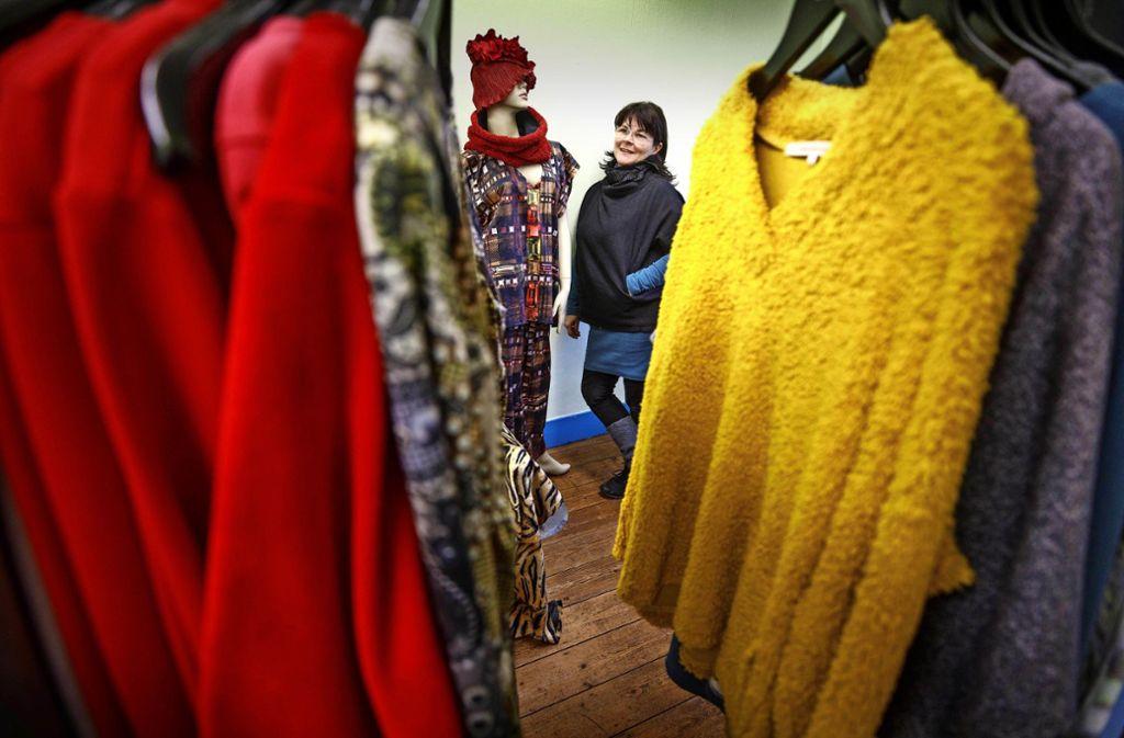 """Die Modedesignerin Tajana Gali mit einer Auswahl aus ihrer Ökokollektion Gali Green Label. Jedes Stück ist """"made in Waiblingen"""". Foto: Gottfried Stoppel"""