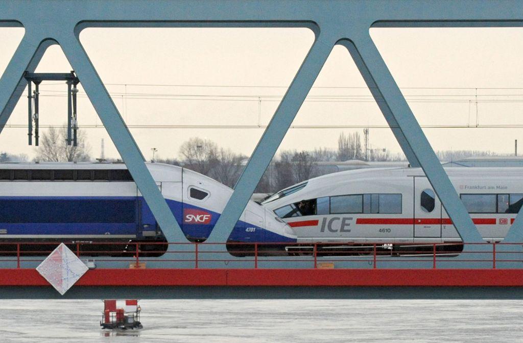 Ein deutscher ICE und ein französischer TGV auf der Rheinbrücke in Kehl Foto: dpa
