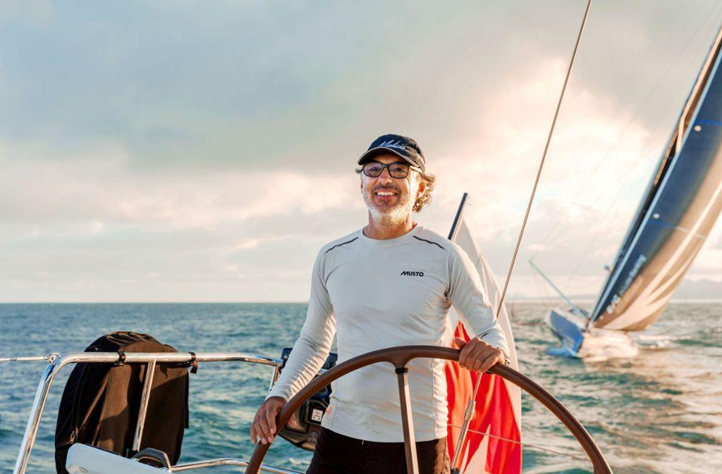 """Der Stuttgarter Immobilien-Unternehmer, hier am Steuerrad,  fördert den Profisegler Boris Herrmann. Senft gehört die """"Malizia II"""", auf der die Klimaschutzaktivistin Greta Thunberg den Atlantik überqueren will.  Foto: Sabine Senft"""