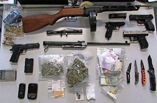 Drogen und Waffen sichergestellt