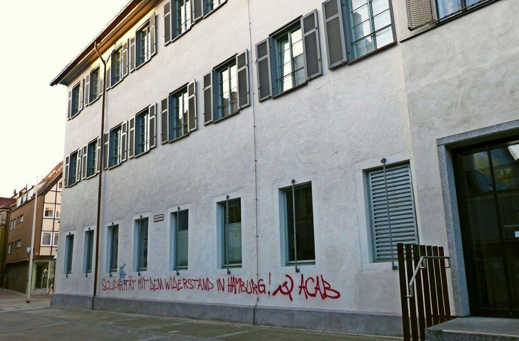 Das Alte Rathaus im Januar 2014. Damals gab es eine Serie von Farbschmierereien. Rund 50 Hausbesitzer in der Cannstatter Altstadt meldeten illegale Graffiti. Foto: CZ-Archiv