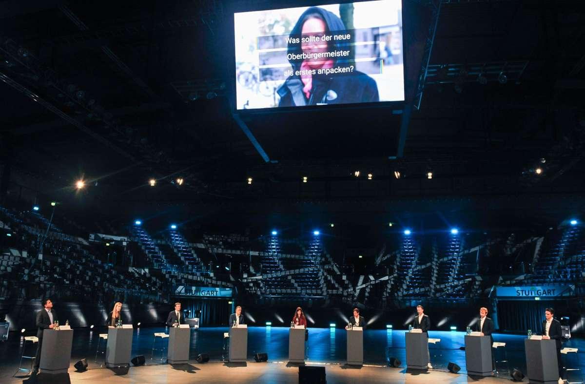 Sieben Kandidierende, zwei Moderatoren und ansonsten Leere: die Porsche-Arena bei der Podiumsdiskussion am Montag. Foto: Lichtgut/Max Kovalenko