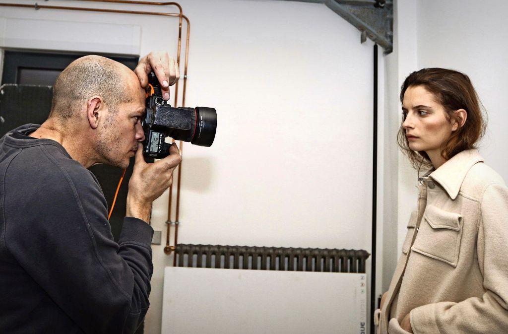 Dirk Seiden Schwan beim Shooting mit dem Model Suzie Bird Foto: Roxana Boluarte de Veiel