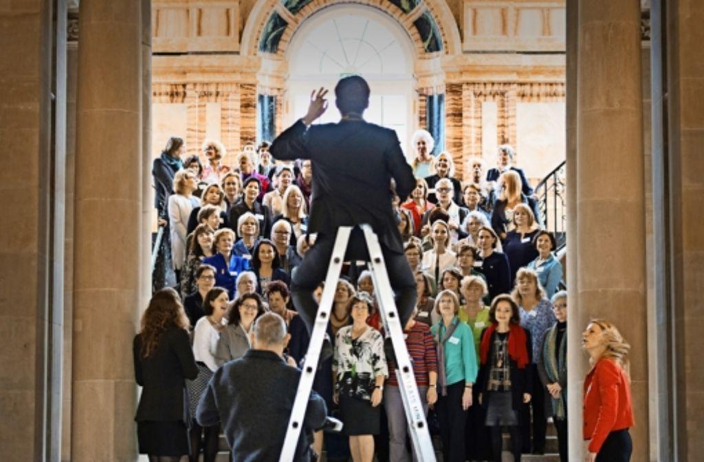 Die Damen des konsularischen Korps, Ministergattinnen und Journalistinnen, Gerlinde Kretschmann lädt ins Neue Schloss und alle kommen. Foto: dpa