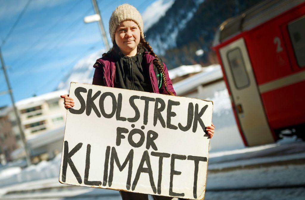 """""""Schulstreik für das Klima""""  – steht auf dem Plakat,  das die mittlerweile für ihre Aktion weltbekannte 16-jährige Schwedin Greta Thunberg hochhält.  Um das Klima zu schonen, hat sie den Zug nach Davos genommen – eineinhalb Tage dauerte die Fahrt. Foto: Keystone"""