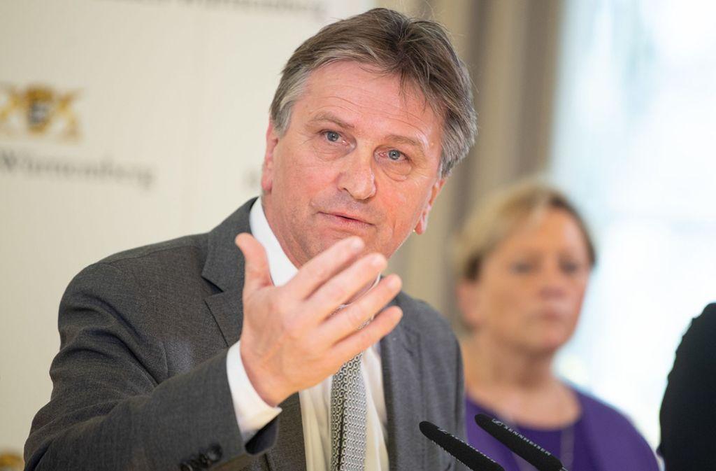 Manfred Lucha sieht sich einer Ermittlung der Staatsanwaltschaft gegenüber. Foto: dpa/Sebastian Gollnow