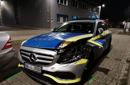 Raser kracht in Polizeiwagen – Totalschaden