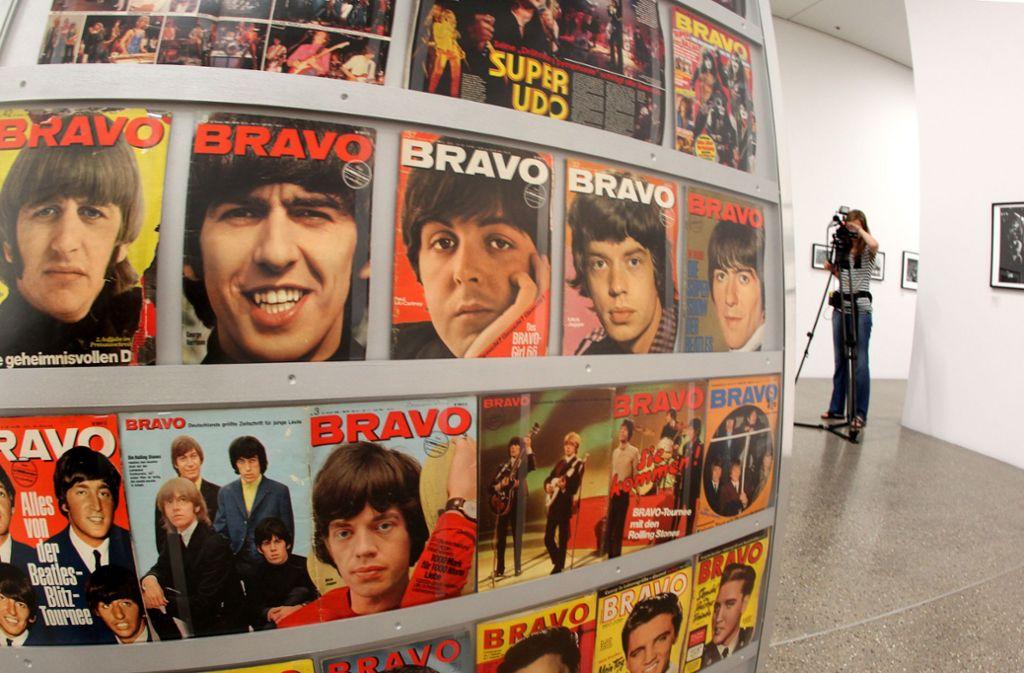 Ein Ständer mit Coverfotos der Musikzeitschrift Bravo aus den 1960er und 1970er Jahren.  Foto: Roland Weihrauch dpa/lnw