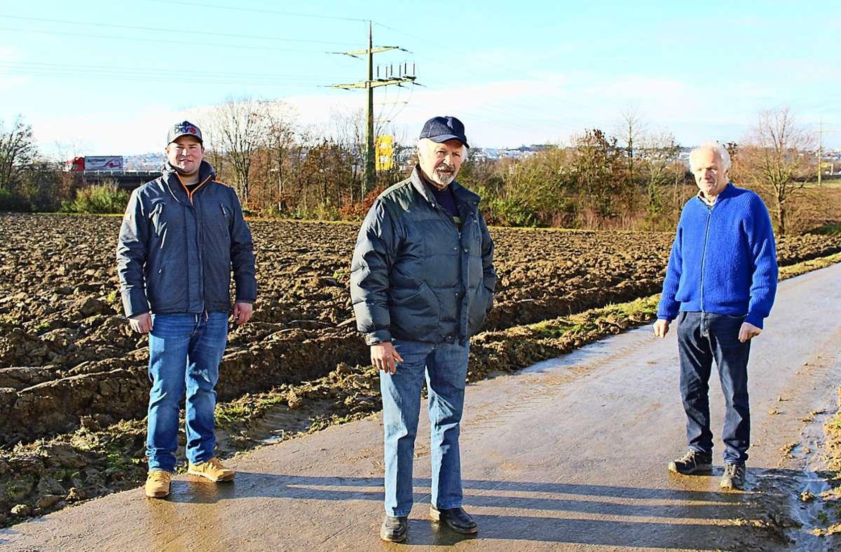 Die drei Landwirte Tobias Briem, Gebhard Handte und Ernst Schumacher (von links) stellen sich gegen die Ausbaupläne für die B27. Foto: Caroline Holowiecki