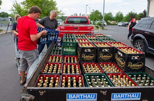 Bürger kaufen Neonazis das Bier vor der Nase weg