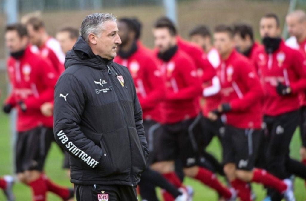 Jürgen Kramny vor seinem ersten Spiel als Cheftrainer des VfB Stuttgart.  Foto: dpa