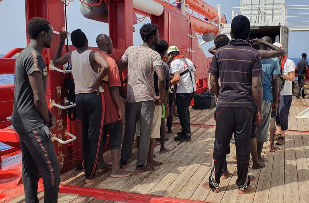 Gerettete Migranten stellen sich für die Registrierung auf dem Deck der Ocean Viking auf. Foto: AP