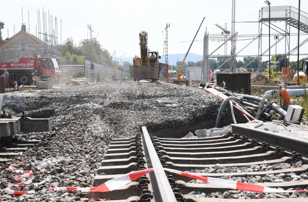 Bei Rastatt waren über der Tunnelbaustelle die Gleise eingebrochen. Foto: dpa