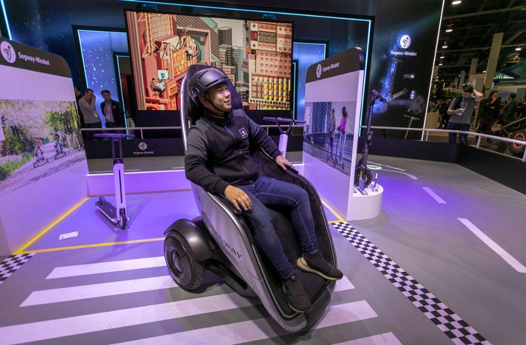 Einen Segway zum Sitzen präsentiert die chinesische Firma Segway-Ninebot. Foto: AFP/DAVID MCNEW