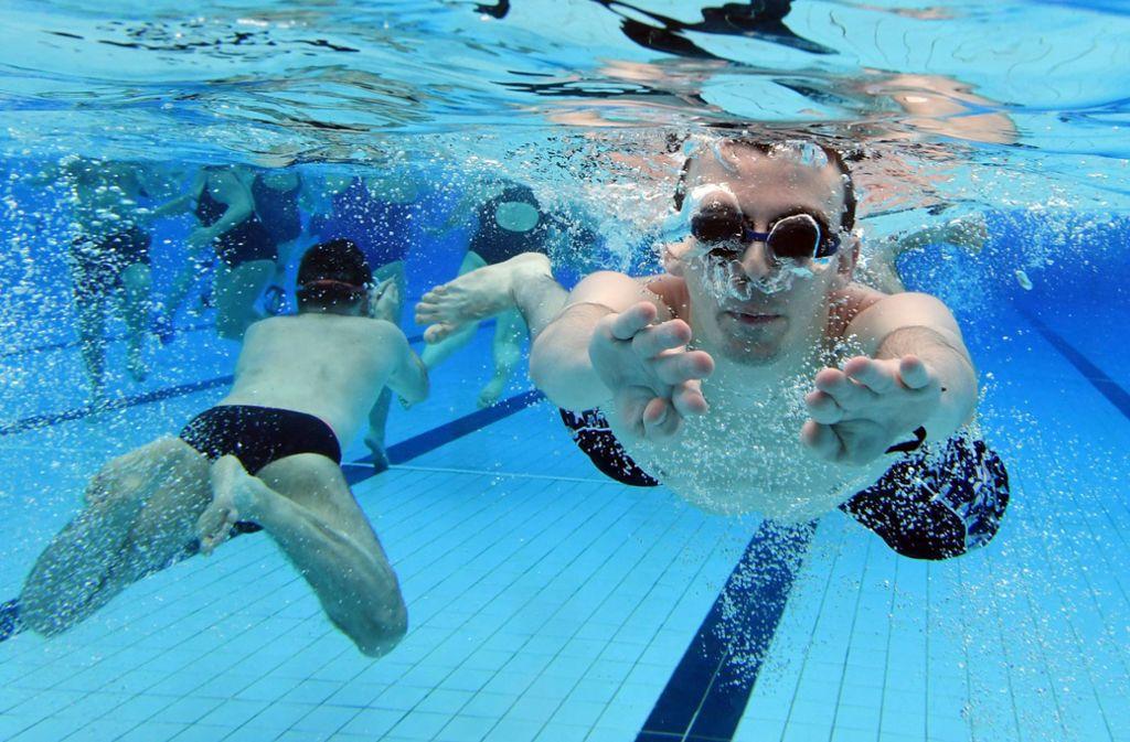 Ob Coronaviren im Schwimmbad gute Verbreitungschancen haben, darüber klären Ärzte aus Stuttgart und Tübingen  auf. Foto: dpa