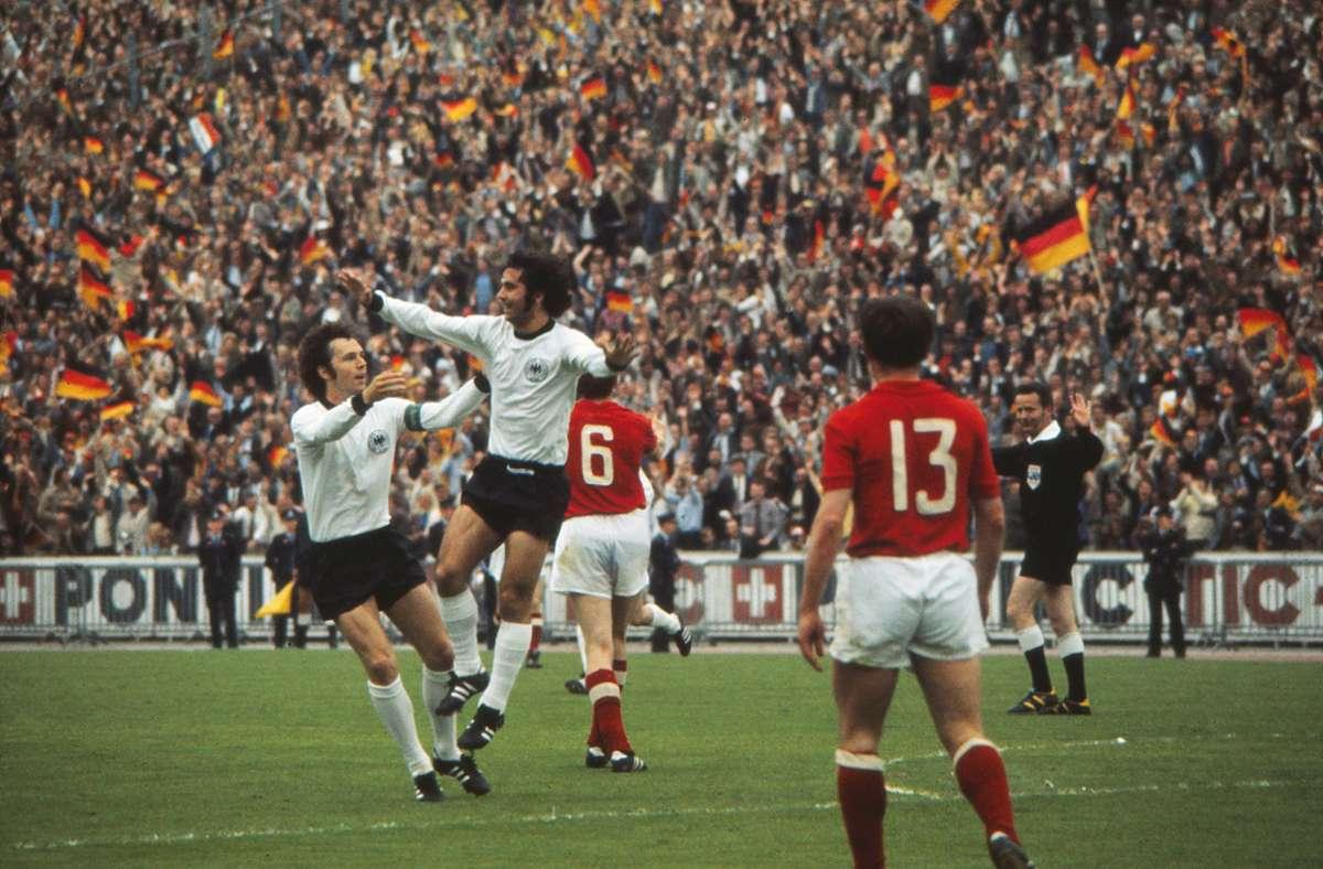 Die Weltklassespieler Franz Beckenbauer und Gerd Müller jubeln im Finale 1972 in Brüssel gegen die Sowjetunion. Die damalige Mannschaft galt als die beste Elf, die je ein DFB-Trikot trug. Foto: imago/Colorsport