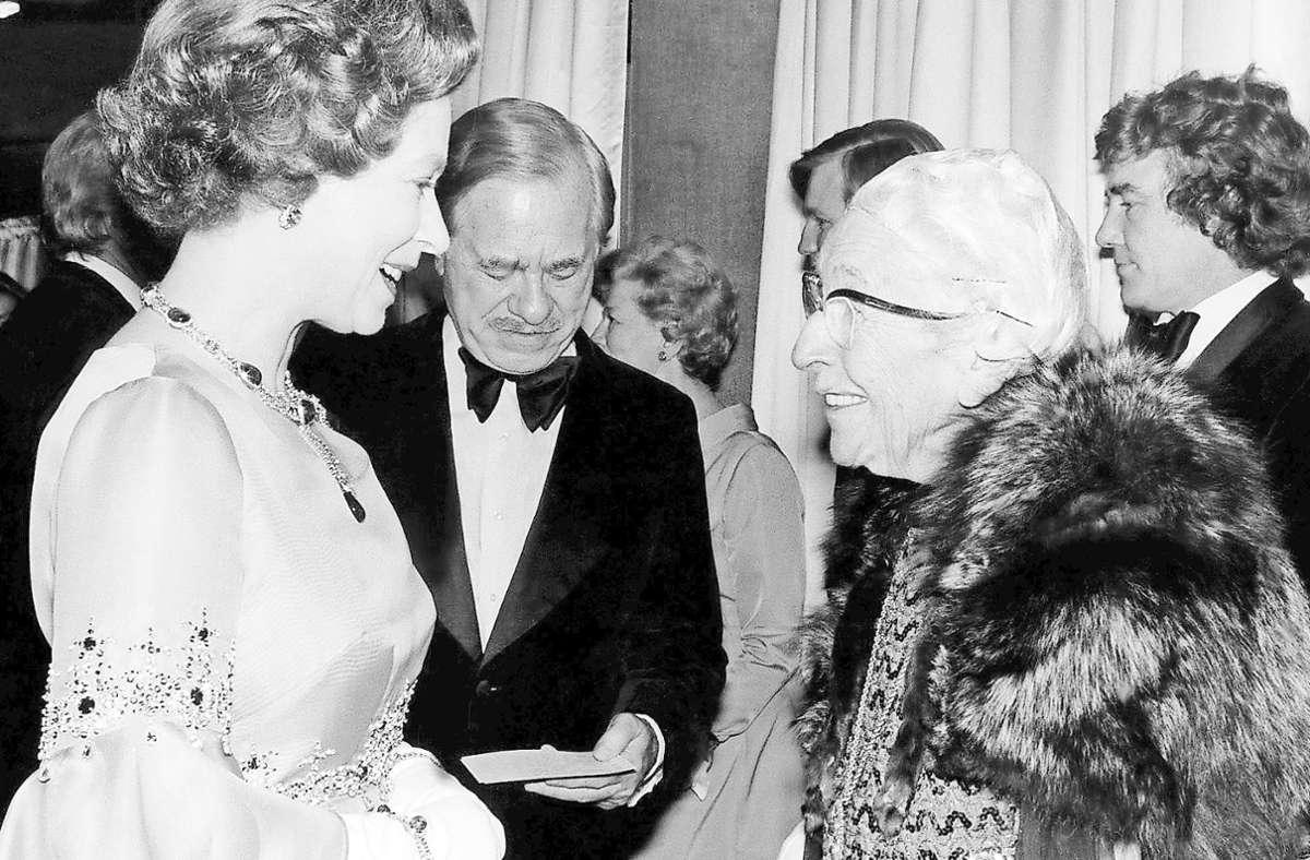 """Für so eine Serienmörderin findet auch Hoheit ein Lächeln: Queen Elizabeth II. mit Agatha Christie (re.) 1974 bei der Filmpremiere von """"Mord im Orientexpress"""". Foto: imago/Mary Evans"""