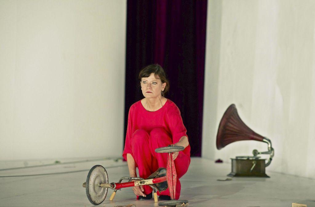 Zwischen Grammophon und Dreirad: als Ranjewskaja verliert sich Astrid Meyerfeldt in den untergegangenen alten Zeiten. Foto: Theater
