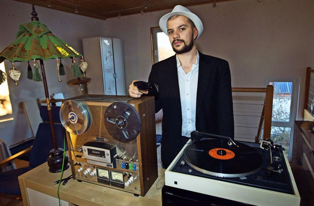 Hut, Anzug und Sonnenbrille sind die  Markenzeichen des Musikers  Heppy. Foto: Ines Rudel