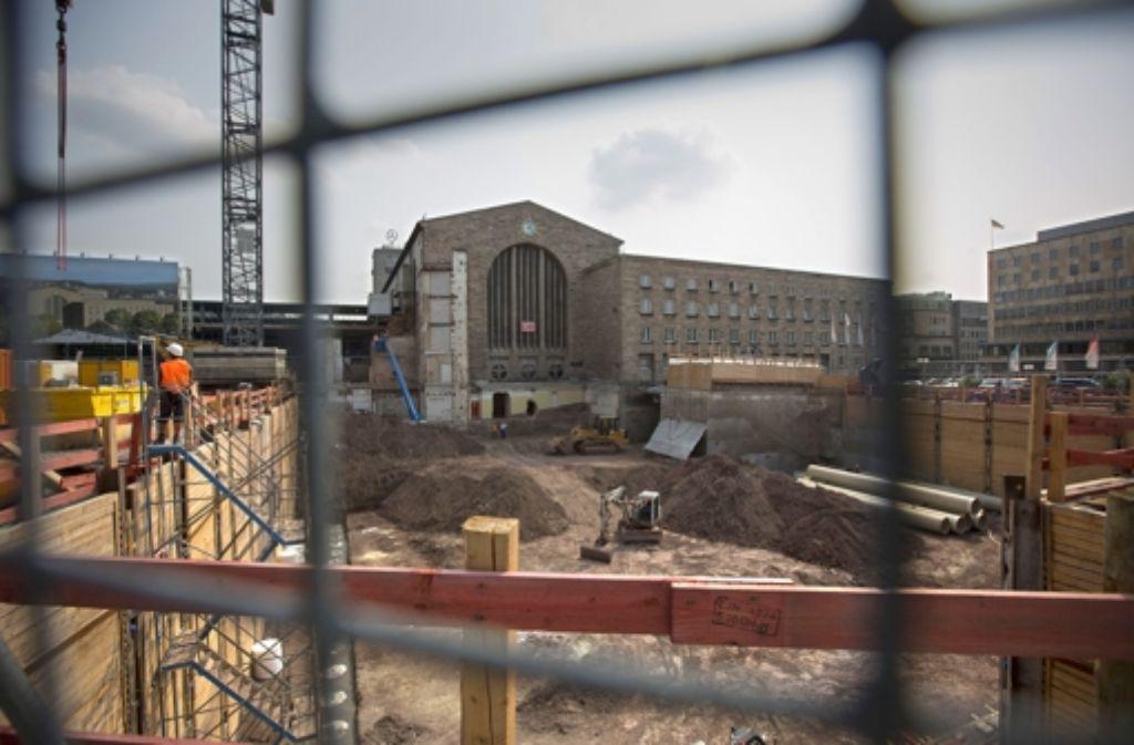 Das Aktionsbündnis gegen Stuttgart 21 hat sechs OB-Bewerbern einen Fragenkatalog zum Bahnprojekt zugeschickt. Im Bild die Baugrube fürs Technikgebäude. Foto: Steinert