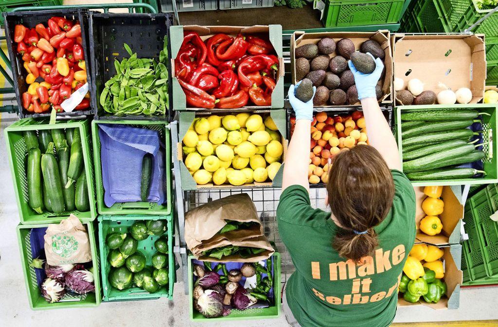 Vitamine gibt es in allen Formen und Farben. Im Alter sollte man auf eine hohe Nährstoffdichte achten. Foto: dpa