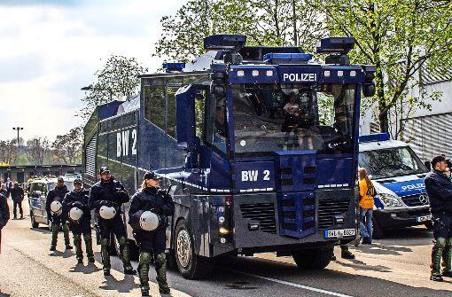 Polizei rüstet  vor Spiel gegen Karlsruhe auf