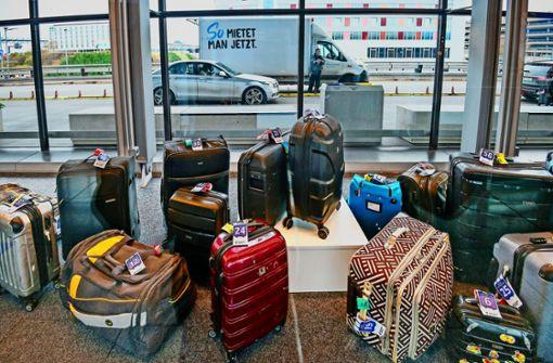 Im Koffer stecken Besteck, Alexa und  Unterhose