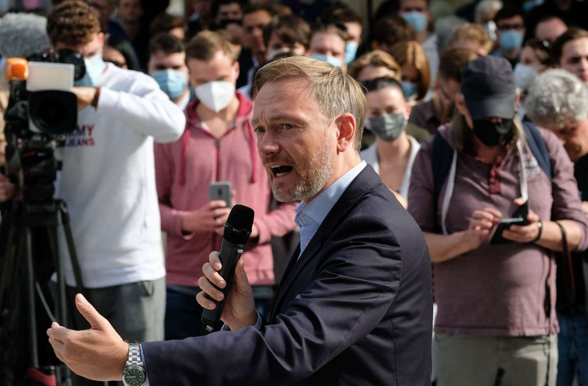 """Bei den Triellen """"leider nicht dabei"""": FDP-Chef Christian Lindner auf dem Kronprinzplatz Foto: Lichtgut/Leif Piechowski"""