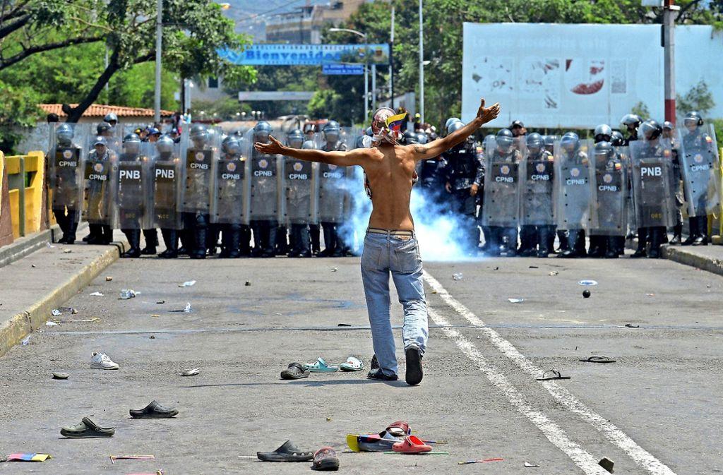In Cúcuta an der Grenze zu Kolumbien spielte sich an Wochenende ein ungleicher Kampf bewaffneter Venezolaner gegen unbewaffnete ab. Foto: AFP