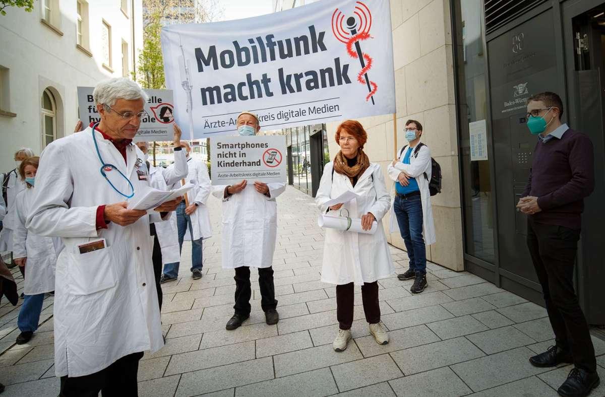 Ärztinnen und Ärzte mit Plakaten bei der Kundgebung Foto: Lichtgut/Leif Piechowski