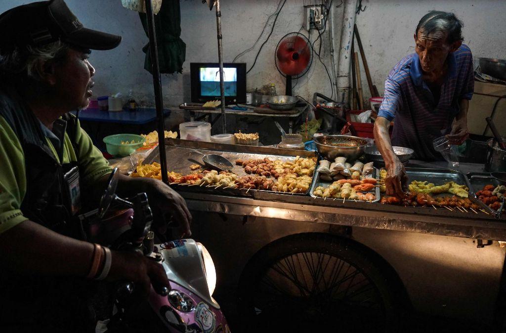 Die Kultur der Straßenstände mit Essen in Bangkok ist akut gefährdet. Foto: AFP