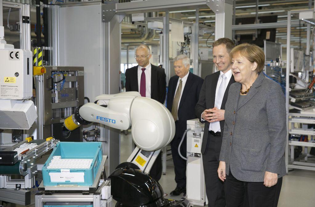 Angela Merkel lässt sich einen Roboter von Festo vorführen Foto: Horst Rudel