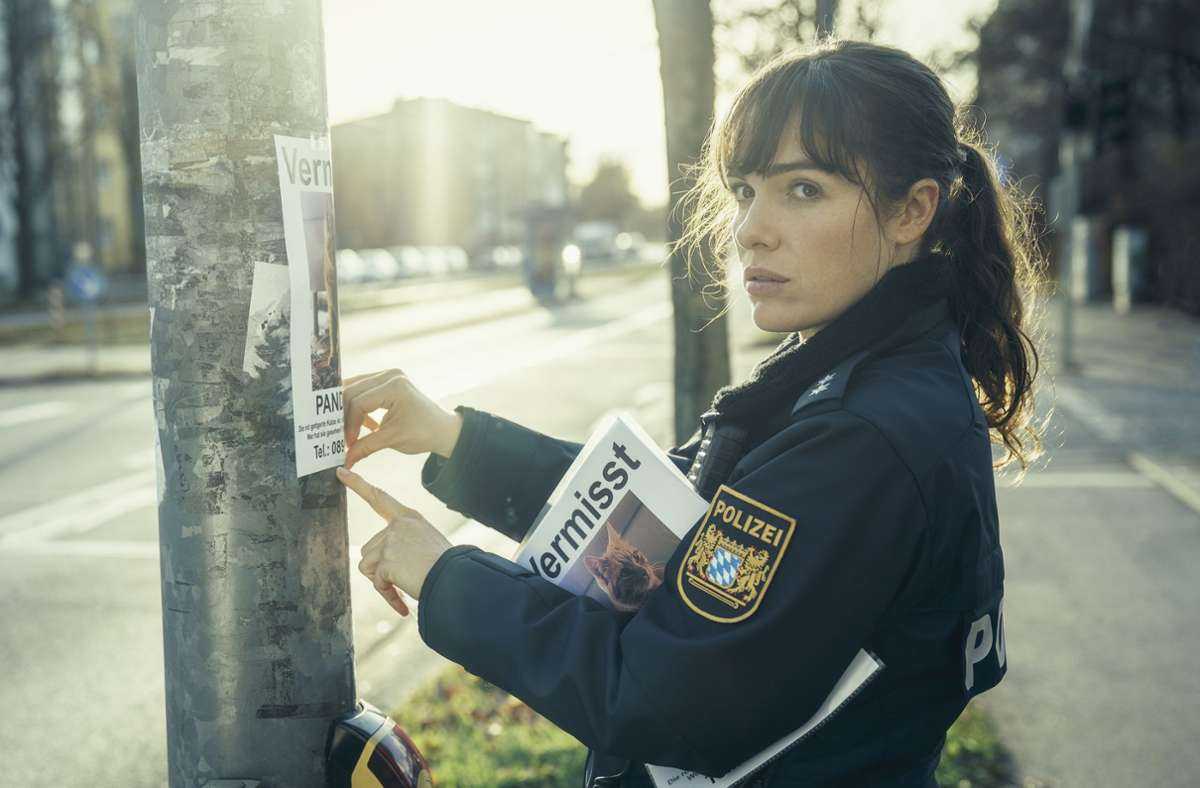 Bessie (Verena Altenberger) hängt Katzensteckbriefe auf Foto: BR/Geißendörfer Pictures/Hendrik Heiden