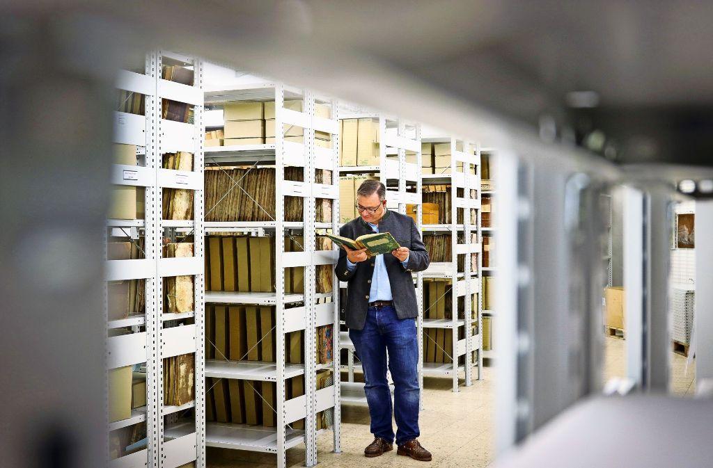 Florian Hoffmann  zwischen den Regalen des Archivs in den neuen Räumen Foto: factum/Granville