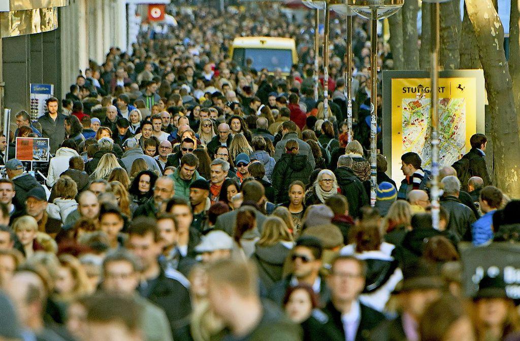 Ein Bild der Vergangenheit? Händler klagen darüber, dass die  Besucherfrequenz in der Stuttgarter Königstraße abnimmt. Foto: dpa