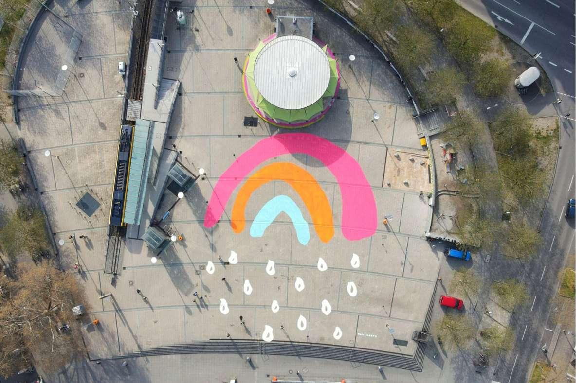 Ein riesiger Regenbogen ziert den Marienplatz. Foto: Stadtpalais