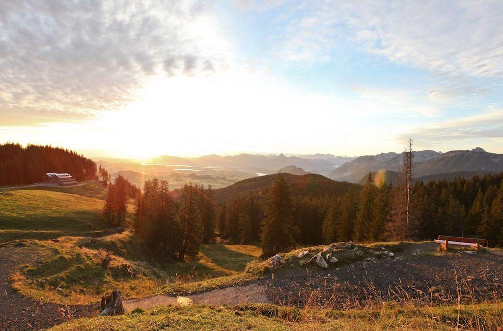 Einzigartige Aussicht von der Alpspitze: Zugspitze, Schloss Neuschwanstein und Seen im Blick  Foto: Nesselwang Marketing GmbH