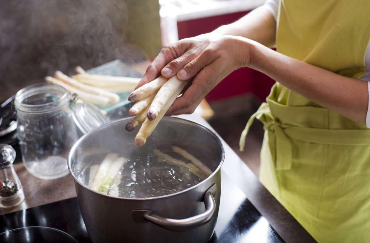Spargel kochen auf einfache Art. Alle Schritte zum Kochen von Spargel mit Kochzeiten und Rezeptvorschlägen im Überblick. Foto: Plprod / Shutterstock.com