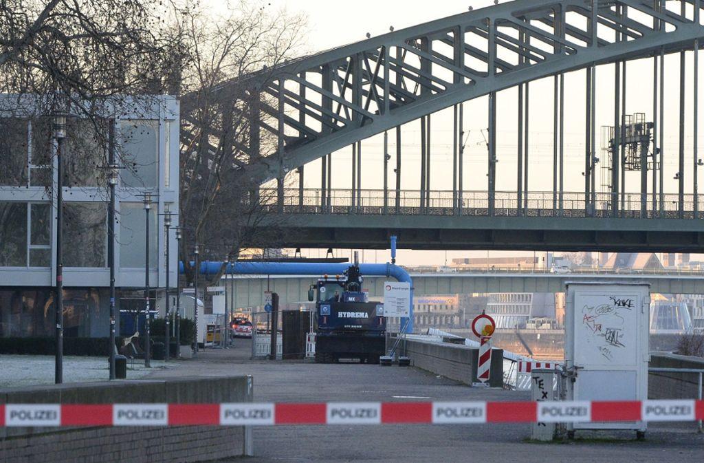 Für die Entschärfung musste auch die Hohenzollernbrücke gesperrt werden. Foto: dpa/Roberto Pfeil