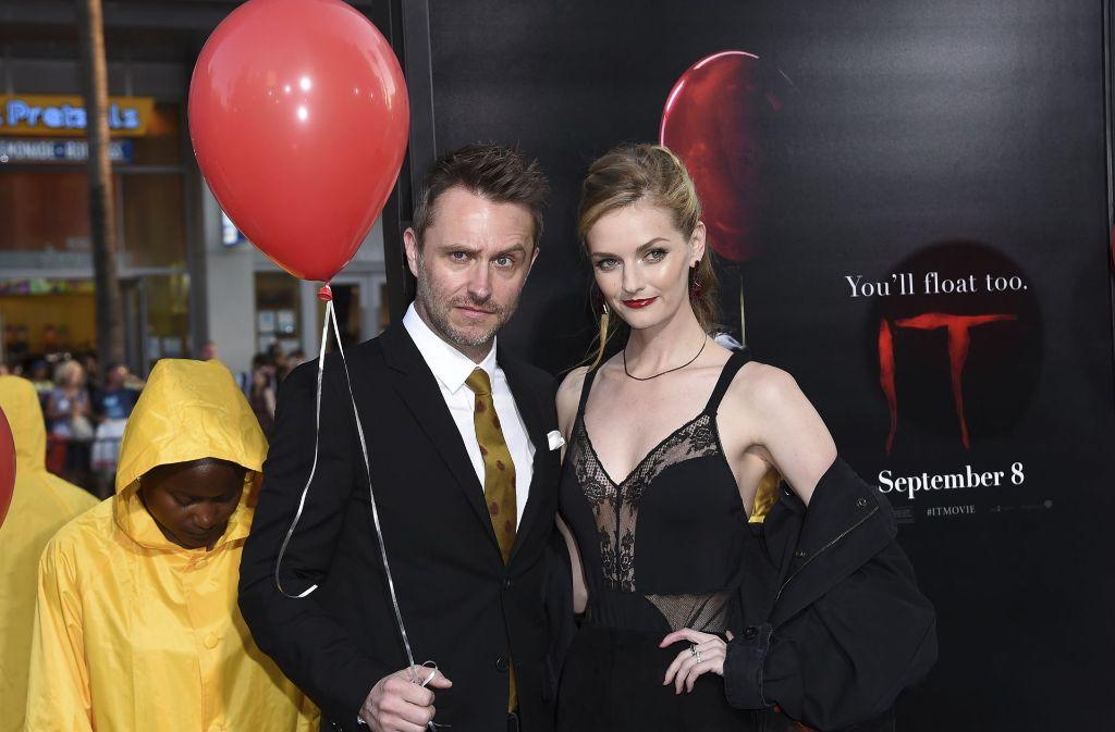 """Chris Hardwick und Lydia Hears mit einem roten Luftballon, der das Erscheinen des """"Es"""" ankündigt. Foto: AP"""