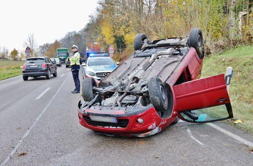 Backnang: Auto landet auf dem  Dach