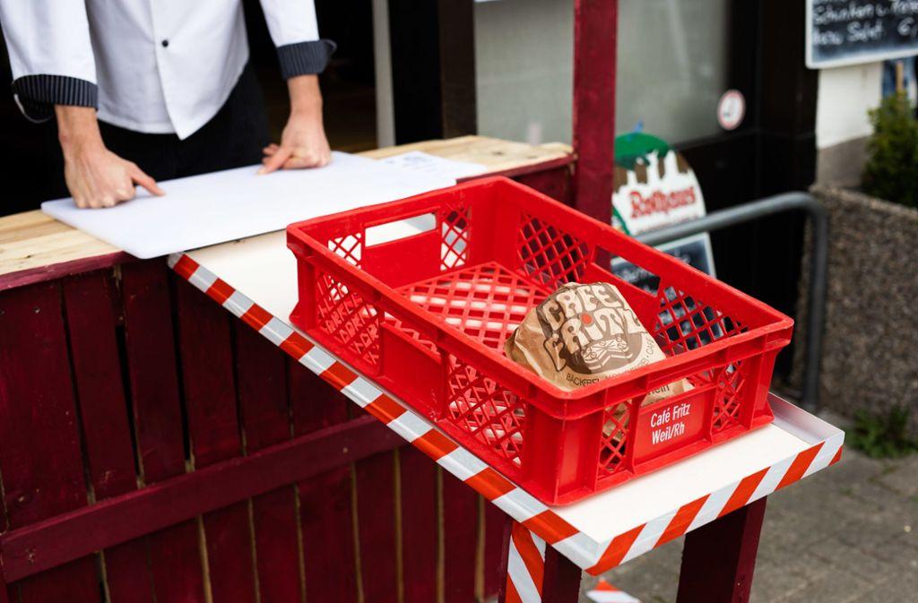 Weil am RheinMit einer ungewöhnlichen Verkaufsmethode reagiert ein Bäckermeister in Weil am Rhein (Kreis Lörrach) auf die Corona-Krise. Foto: dpa