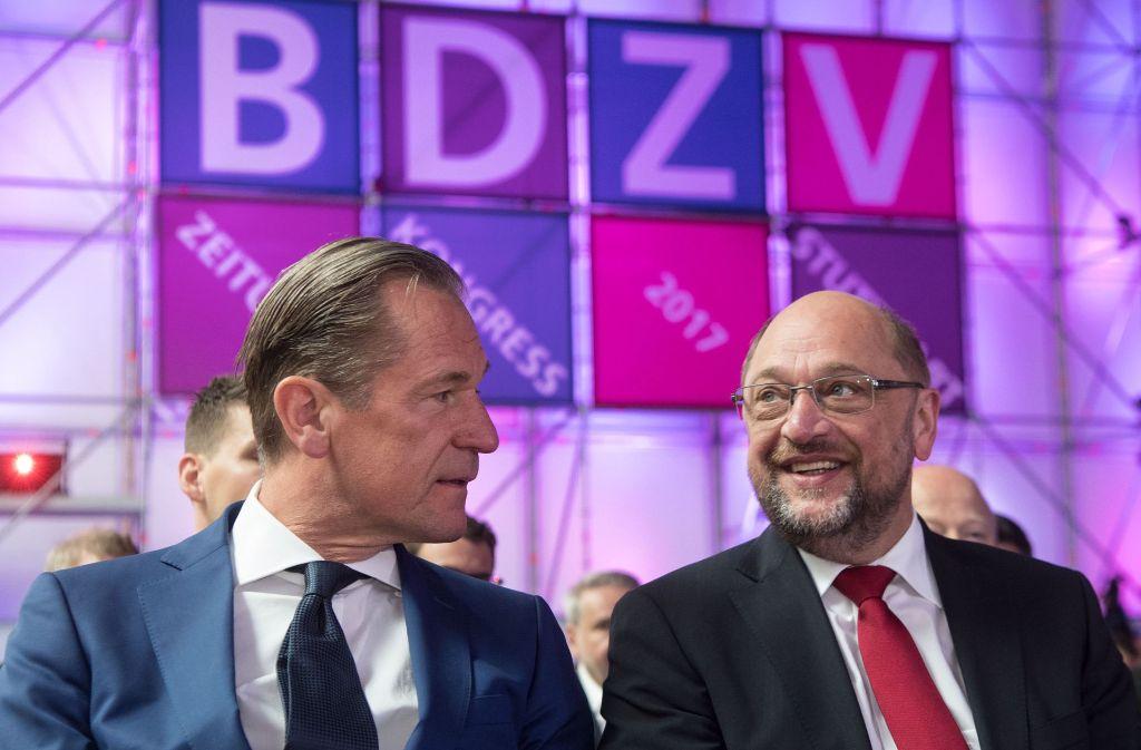 Martin Schulz unterstreich die Rolle der Medien, liest den Zeitungsverlegern und ihrem Verbandspräsidenten Mathias Döpfner (links) aber auch die Leviten. Foto: dpa